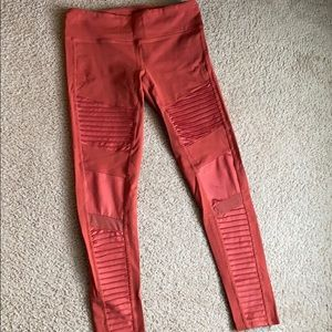 Alo Moto leggings in color Amber (burnt sienna)
